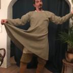 Njal hat eine Tunika aus Wolle gefunden. Toll, toll, toll!