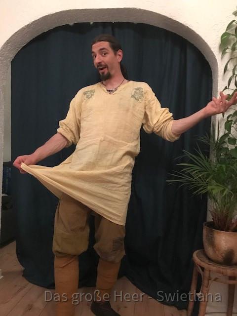 Njal der Nordmann in einem leichten Leinen-Dress für den Sommer. Die Hose aus Wolle und Wadenwickel aus der selben Farbfamilie.