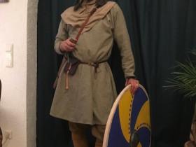 Njal mit Schwert und Schild